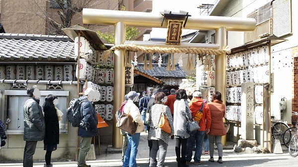 御金神社の鳥居と参拝者行列