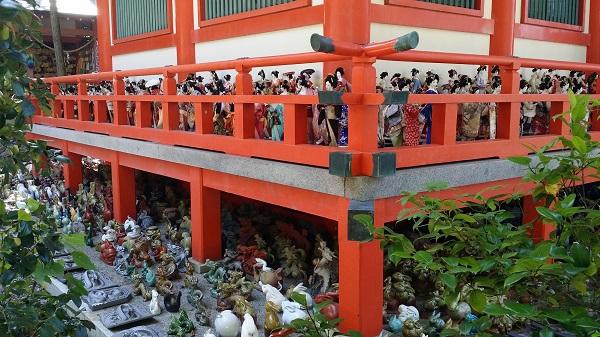 淡嶋神社境内の人形と置物