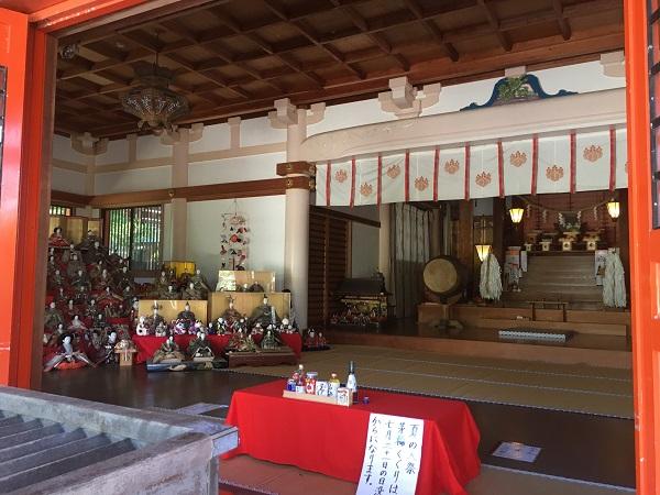 淡嶋神社本殿の中のひな人形