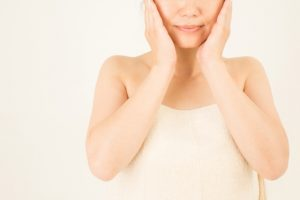 化粧水rをハンドプレスする女性