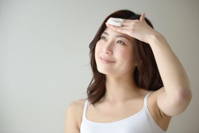 拭き取り化粧水でケアする女性