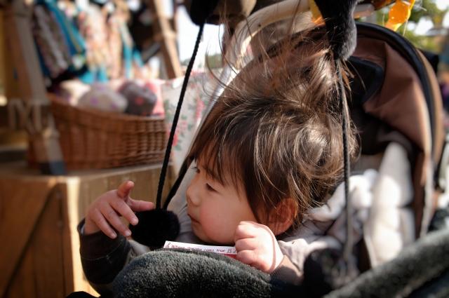静電気で髪の毛が逆立っている子ども