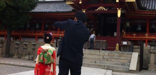 七五三参りする父親と娘