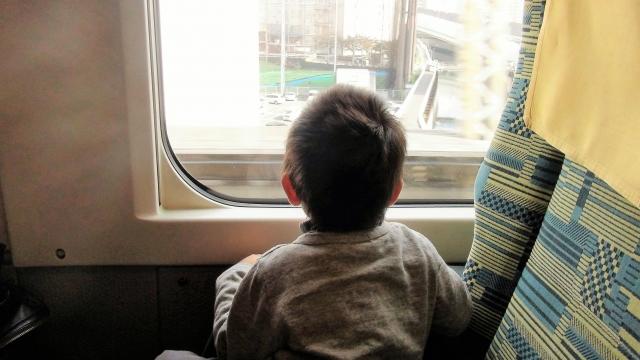 新幹線にのる子供