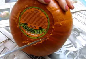 かぼちゃの底に切込みを入れている