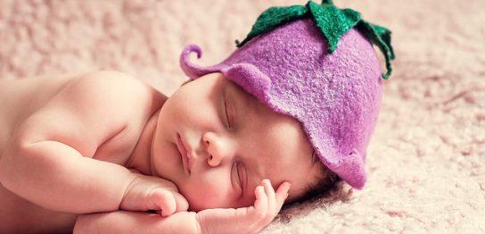 茄子の帽子をかぶって寝てる赤ちゃん