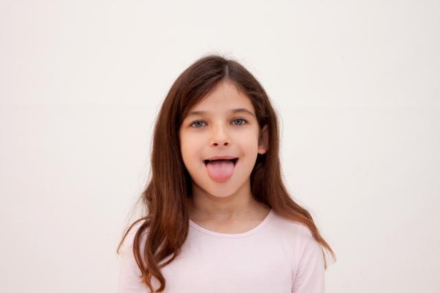 舌を出す女性