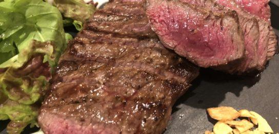 牛肉のレアステーキ